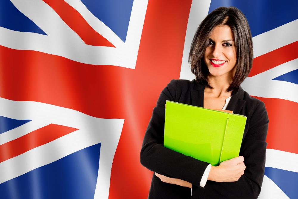 kobieta trzymajaca zieloną teczke na tlre flagi wielkiej brytani