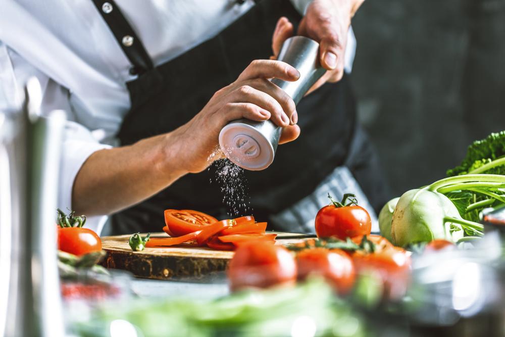 kucharz przyprawiający dania