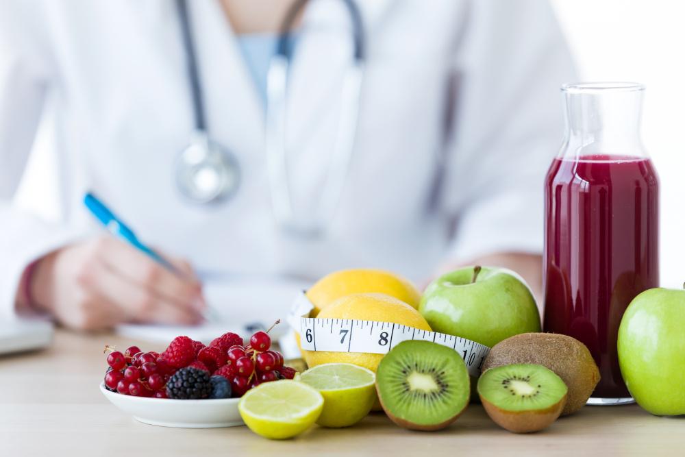 dietetyk w otoczeniu owoców