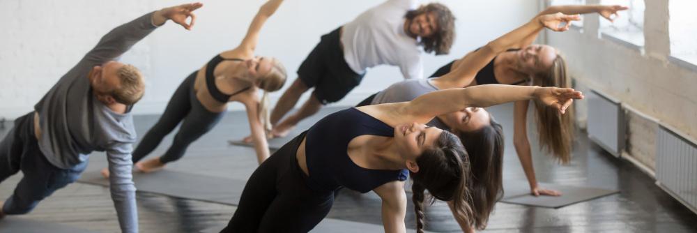 kobiety i mężczyźni wykonujący ćwiczenia na macie